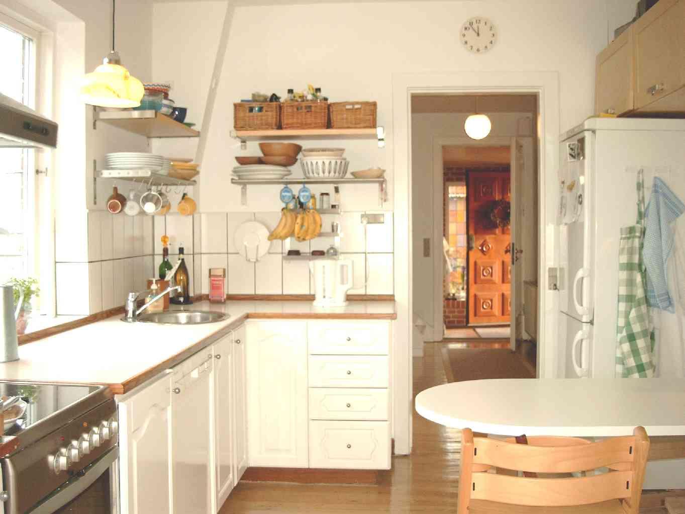Lysindfald i stuen fra morgen til aften køkken med spiseplads
